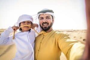 Vater und Sohn in Wüste