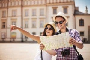 Touristen mit Hüten und Landkarte