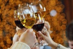Anstoßen mit Weingläsern